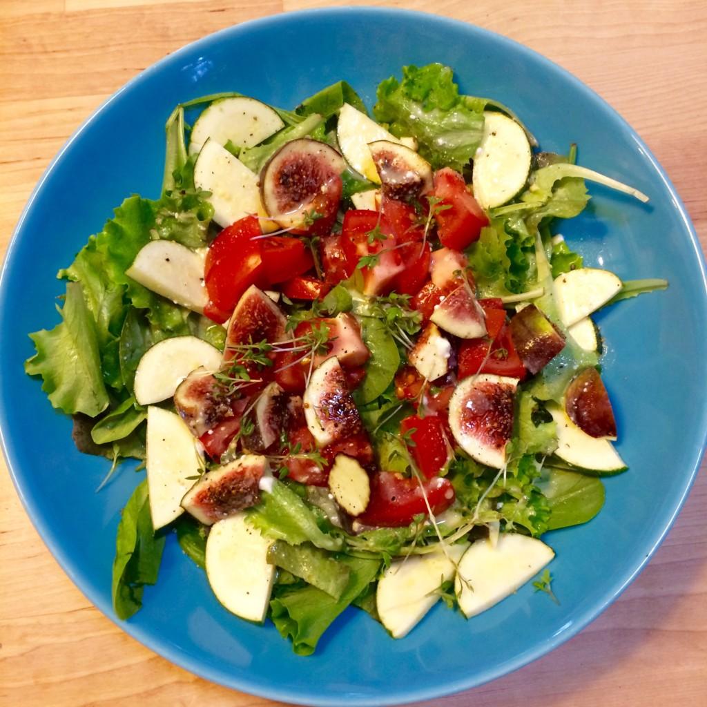 Grüner Salat Tomate Zucchini Kresse Orange Senf Essig lecker
