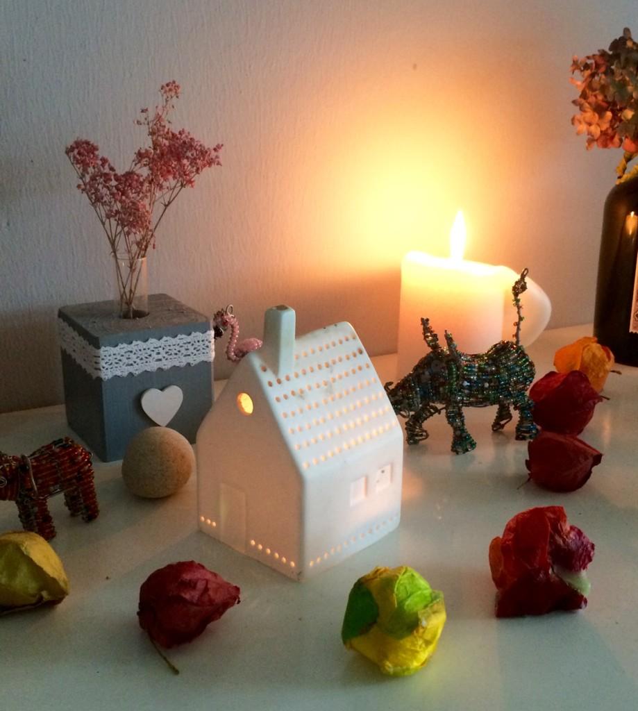 Hygge mit Kerzen und Holzpferd