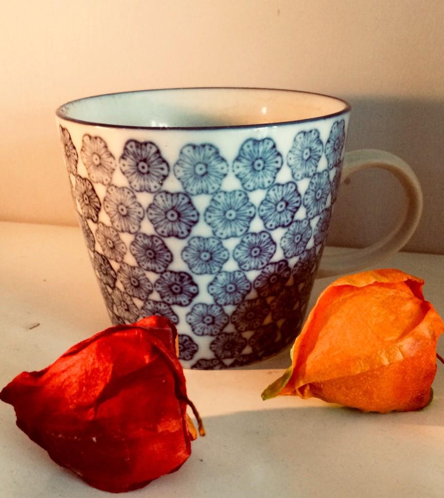 Hygge mit Kerzen und Tee Kaffee Kakao