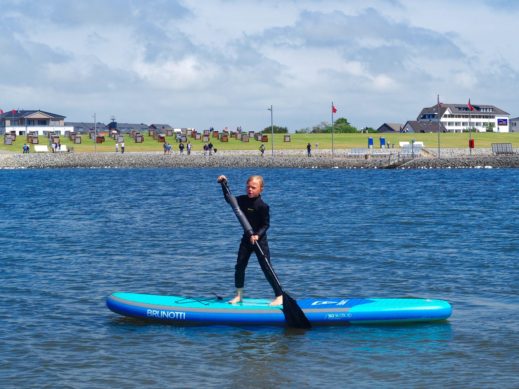 Büsum Familienlagune SUP surfen Nordsee Schleswig-Holstein Neoprenanzug Familienurlaub