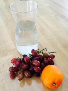krankes kind husten schnupfen viel trinken obst essen trauben orangen wasser